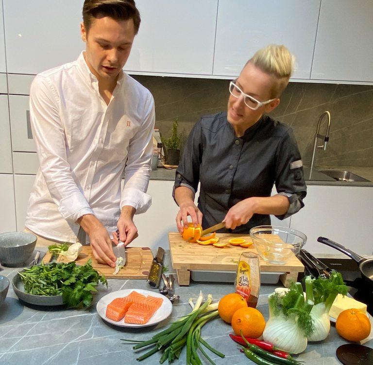 Knusprig gebratenes Lachsfilet an Kräuterkartoffeln und Orangen-Fenchelsalat mit Mohn