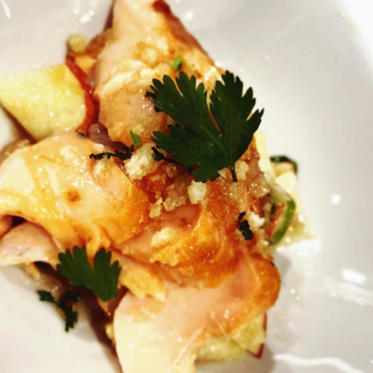 glasierter Lachs mit Soja und Honig auf asiatischem Apfelsalat