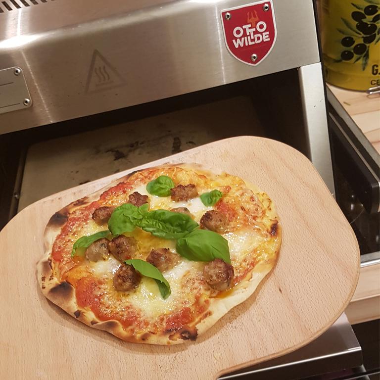 Pizza auf dem Elektro O.F.B. von Otto Wilde